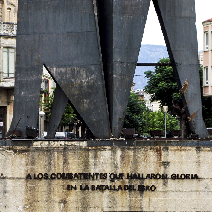 Història de Catalunya. Tortosa. Monument franquista , lema